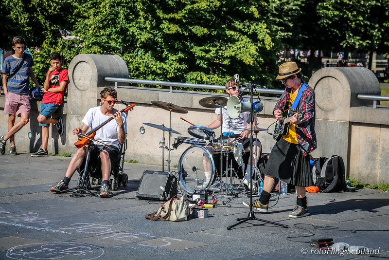 Kilties entertain Edinburgh tourists