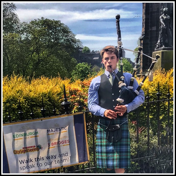 Traditional Bagpiper plays to Edinburgh Tourists