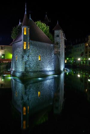 """Le palais de l'Ile. Résidence du châtelain d'Annecy dès le XIIe siècle, la Maison-forte de l'Ile devient """"l'hôtel administratif"""" dès l'installation du comte de Genève à Annecy.  Le Palais joua le rôle de prison qui lui était dévolu depuis le Moyen Age et ce jusqu'en 1865. Son classement au titre des Monuments Historiques est intervenu en 1900. Affecté au service du musée depuis 1952, il abrite aujourd'hui le """"Centre d'interprétation de l'architecture et du patrimoine"""" présentant l'histoire de la ville."""