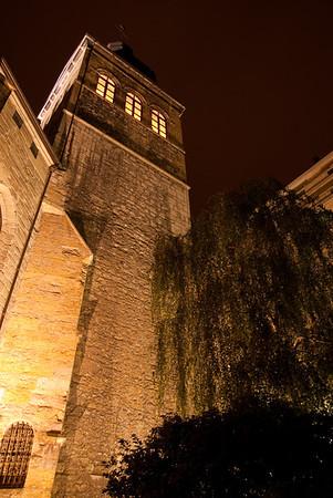 """L'église Saint-Maurice. Ancienne église des Dominicains, érigée au XVe siècle, cette église est très représentative du style gothique """"flamboyant"""". Des chapelles, élevées de part et d'autre de la nef par des familles nobles ou des corporations d'artisans à partir de 1478, forment les actuels bas-côtés. A voir absolument, sur la gauche du choeur, une peinture en """"trompe l'oeil"""" du XVe siècle."""