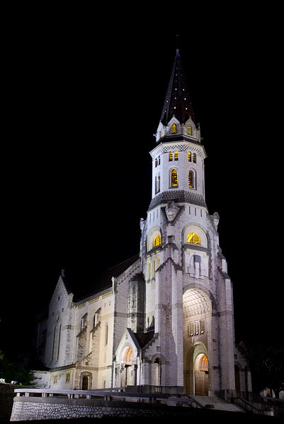 Basilique de la visitation. L'ordre de la visitation fut fondé à Annecy par François de Sales et Jeanne de Chantal en 1610. La construction de l'actuel monastère, situé à l'orée de la forêt du Crêt du Maure, débuta en 1909 pour s'achever vers 1930. La basilique ne fut consacrée officiellement qu'en 1949 par le cardinal Tedeschini.