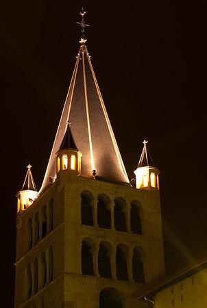 L'église Notre-Dame-de-Liesse. Elle fut édifiée de 1846 à 1851 à l'emplacement d'un sanctuaire marial du XIIIe siècle. L'exécution en fut confiée à l'ingénieur François Justin appartenant à l'administration sarde et maîtrisant parfaitement les règles du style néo-classique.  On exigea toutefois la conservation du clocher (XVIe siècle) ainsi qu'une partie du mur sud comportant une intéressante fenêtre gothique (XVe siècle), précieux souvenir du sanctuaire primitif.