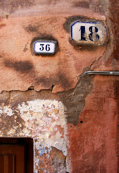 Pity the poor postman.......Is this house number 36 or number 18? Maybe it's an italian tax dodge or something.