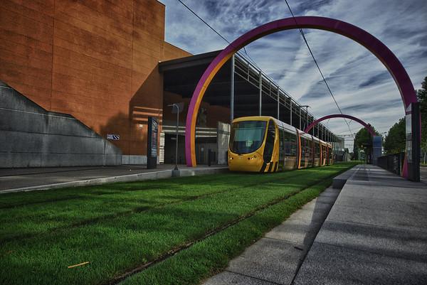 Terminus du Tram devant le cinéma Kinepolis sous les arches de Daniel Buren - Mulhouse