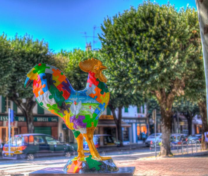 """« Chaque morceau de puzzle est une brique du savoir-faire bressan. Le puzzle non terminé laisse découvrir l'origine du poulet de Bresse. »<br /> <br /> A propos de Barbara Pradel<br /> Barbara Pradel, artiste plasticienne, est diplômée d'un DEA en arts plastiques.<br /> Connue dans la région stéphanoise pour ses sculptures """"Les Bonshommes"""" qu'elle a installées sur de nombreux ronds points lors d'expositions éphémères, et pour ses peintures abstraites qui dégagent force et délicatesse. Les points communs de toutes se œuvres sont des couleurs éclatantes. Cotée auprès de l'étude Marc Labarbe.<br />  <a href=""""http://www.barbarapradel.com"""">http://www.barbarapradel.com</a>"""