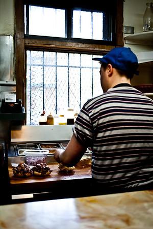 2013-05-14, Montréal:Cuisinier qui fait des sandwich de porc effilochés au restaurant Le Pick Up