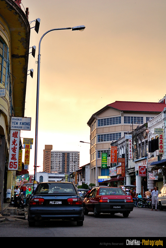 An evening view on the busy Kimberly Street.