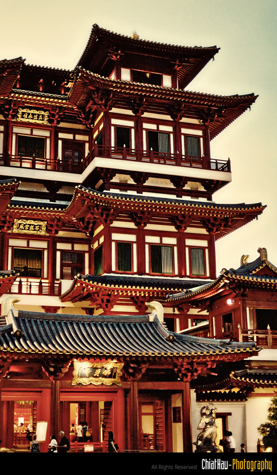 Exterior look of the Chinese temple. (According to Mich, it is the most GRAND temple in SG) :O