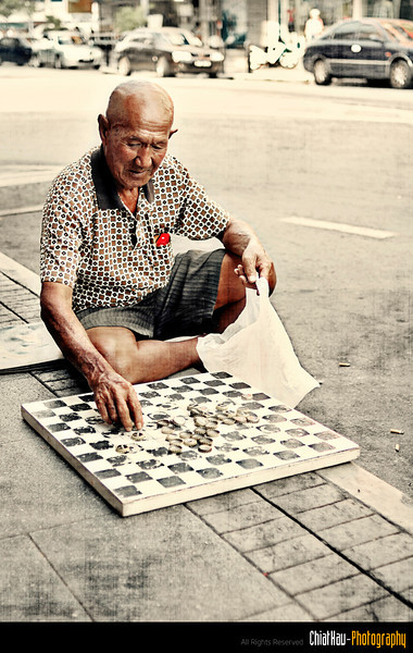 After uncle won his RM10, he kept his board and prepared himself to concur the opposite road! >:)
