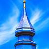 L'église d'Yvoire, dédiée à Saint Pancrace, remonte probablement du XIème siècle.<br /> <br /> Elle fut transformée à plusieurs reprises.<br /> Le clocher actuel construit entre 1856 et 1858 appartient à la lignée des clochers à bulbes qui caractérisent l'architecture religieuse savoyarde de la fin du XIXème siècle.<br /> <br /> <br /> Initialement couvert de fer étamé, la municipalité a envisagé sa restauration dès 1983 pour lutter contre la rouille.<br /> <br /> <br /> En 1989, les travaux débutent, le clocher est alors recouvert d'acier inoxydable type F17. Le coq et la boule situés à son sommet sont couverts de feuilles d'or. En effet,le dernier batteur d'or de France se trouve à Excenevex (3 km d'Yvoire). Yvoire - Haute Savoie - France