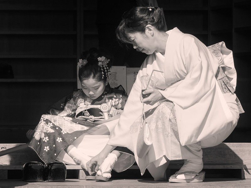 mom-and-daughter-in-japanese-kimono-