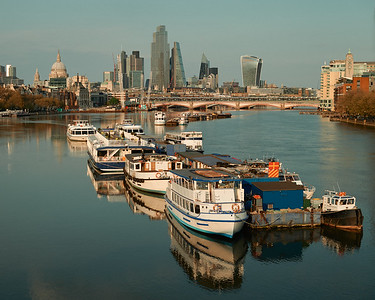 All quiet on the Thames