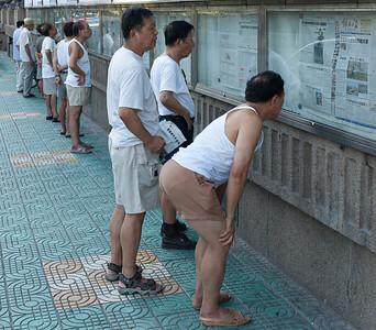 Shanghai, Hankou kerület - a friss újságot kitűzik a postaépület melletti falra, a környékbeliek ide járnak olvasni.