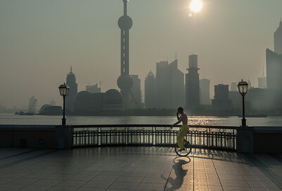 Shanghai, Bund. Sportolás napkeltekor.