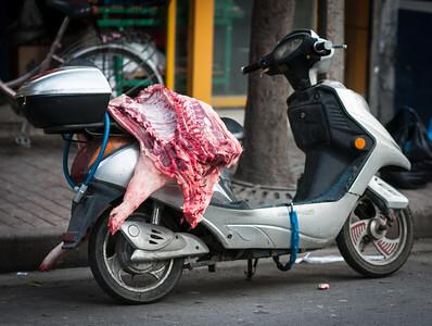 Shanghai - féldisznó-szállítás mopeden