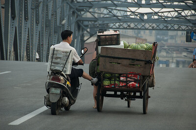 Shanghai - dinnyeszállítás a Garden Bridge-en, Shanghai több mint száz éves első hídján