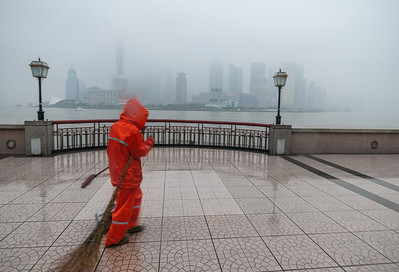 Shanghai, Bund, utcaseprő hajnalban, esőben