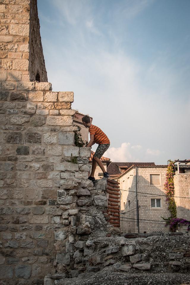 Hide and seek in Roman ruins