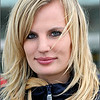 Deze presentatrice van schoonheidsprodukten aan het HST-station van Luik, wou wel even pauzeren