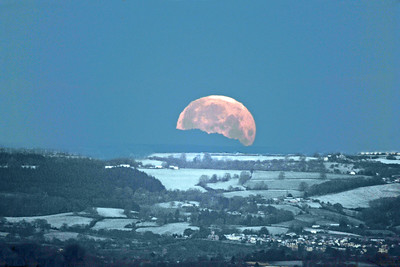 Moonset 1392 Ian Peters.jpg