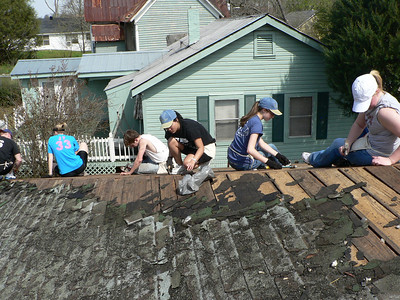 08 03-22 Americus, GA -  Students from Taylor University (IN) prepare wood for new roof. cd
