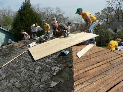 08 03-22 Americus, GA - Cutting plyboard to place over old boards on roof. cd
