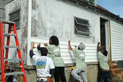 08 01 Students putting siding on Hamm house, Conyers, GA  Jeff Mitchell