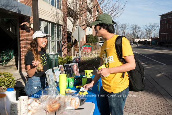 Students enjoy free coffee, bagels, and donuts from the Patriot Activities Council during High 5! Photo by Bethany Camp/Creative Services/George Mason University.