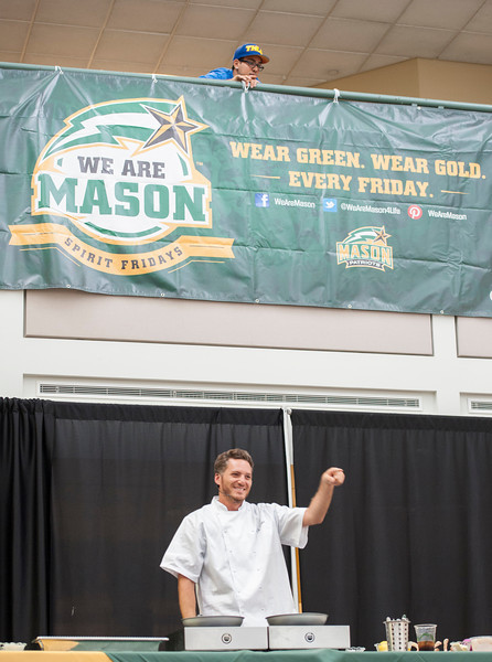 Celebrity Chef Spike Mendelson gives a cooking demonstration at an Off-Campus Student Programs and Services event in the Johnson Center. Photo by Alexis Glenn/Creative Services/George Mason University