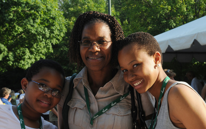 100722083e - Mason families at a barbecue hosted by Orientation and Family Programs and Services. Photo by Lori Wilson