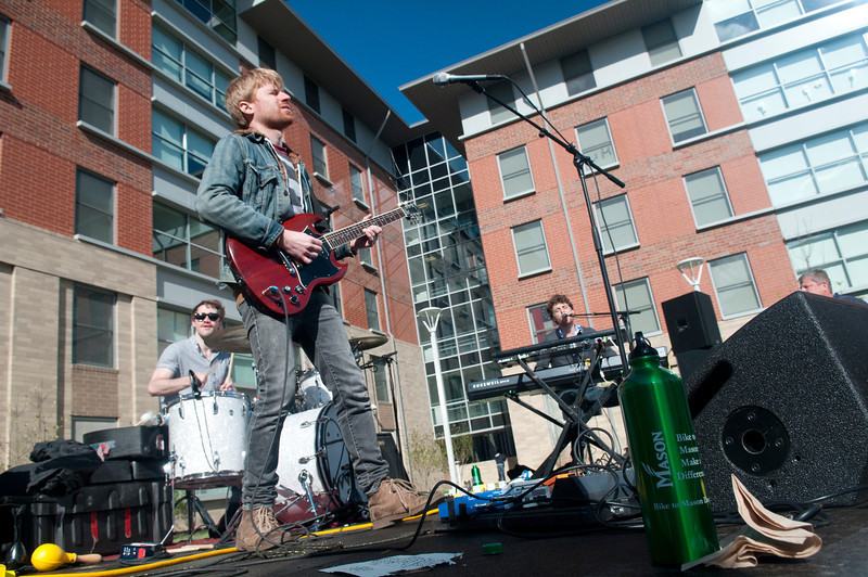 Students enjoy music at Rogers Whitetop residence hall during a concert held in front of their neighborhood on campus. Photo by Evan Cantwell/Creative Services/George Mason University