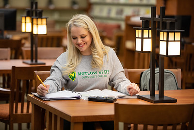 BuffyDavisStudentStudying-0383