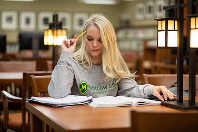 BuffyDavisStudentStudying-0419