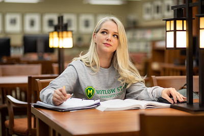 BuffyDavisStudentStudying-0417