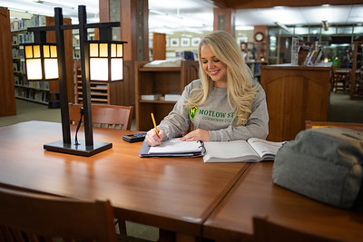 BuffyDavisStudentStudying-0488