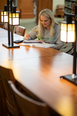 BuffyDavisStudentStudying-0468