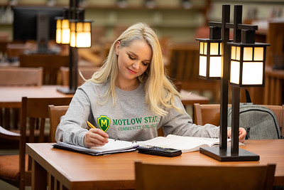 BuffyDavisStudentStudying-0380