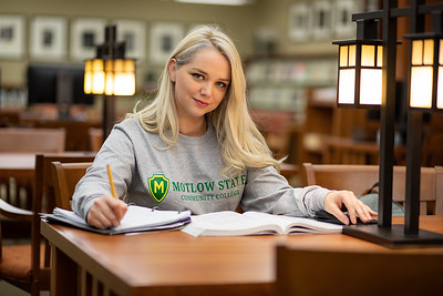 BuffyDavisStudentStudying-0412