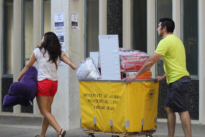 Students move in with the help of family and friends. Photographer: Kaarlo Luntta