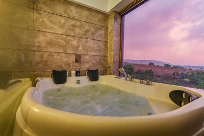 Jacuzzi bath, bedroom 1