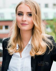 Portrait einer blonden Frau am Arbeitsplatz mit Styling