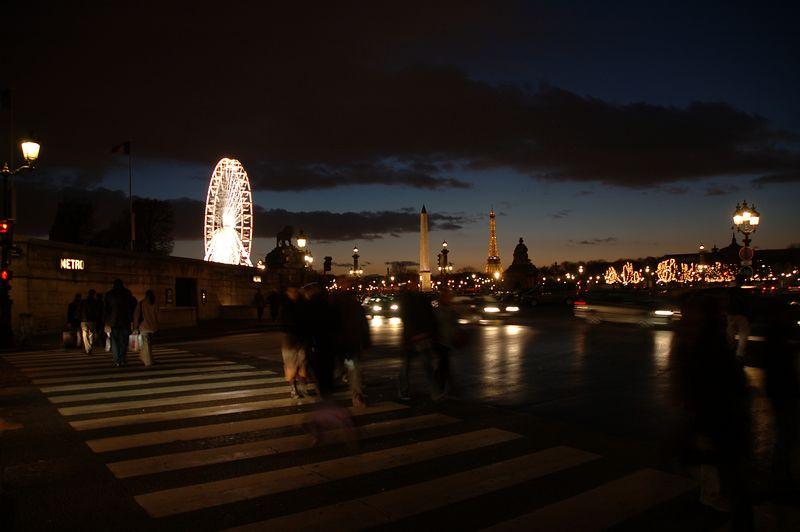 La place de la concorde de nuit. <br /> <br /> La tour Eiffel en fond avec son phare.