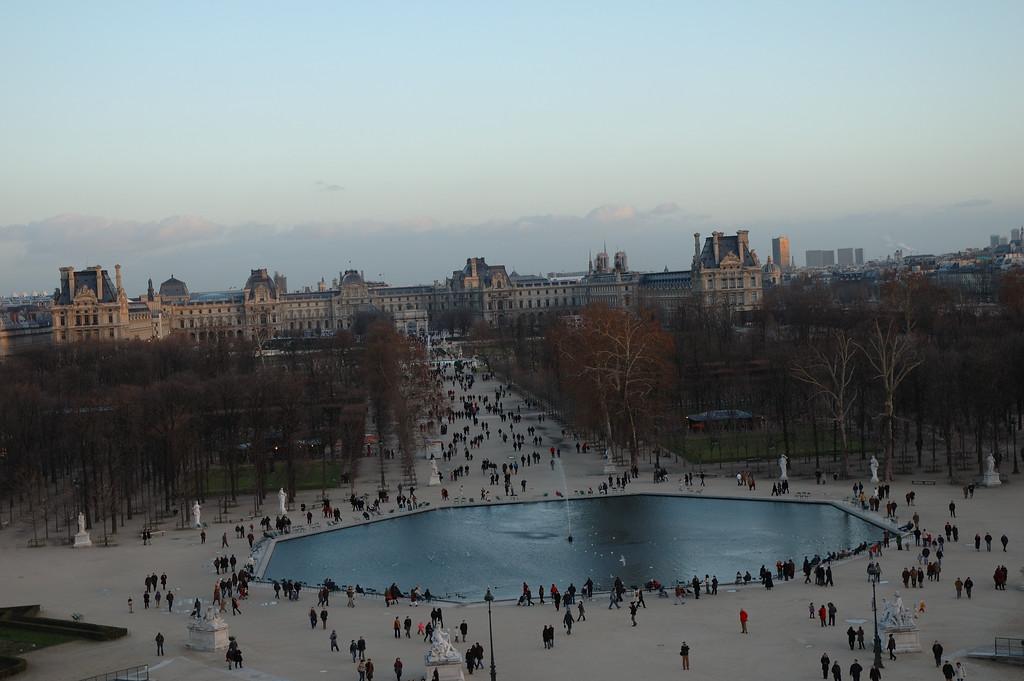 Le louvre et le bassin des tuileries vues depuis la grande roue de la concorde. <br /> <br /> Domage qu'elle soit mal cadrŽe.