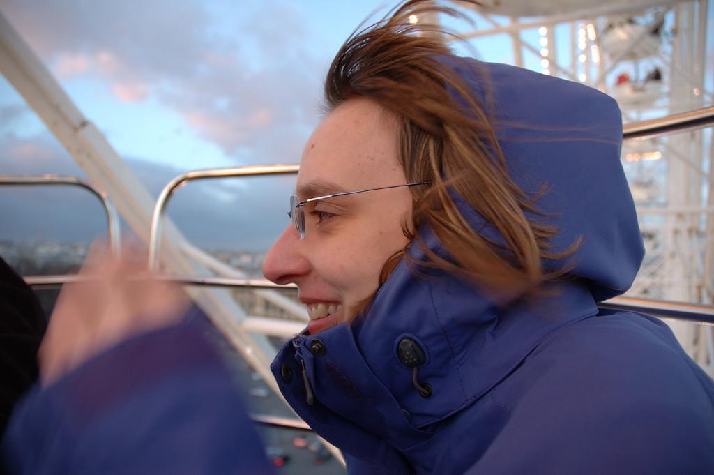 Alexiane sur la grande roue de la concorde. <br /> <br /> Il fait froid, et il y a du vent.