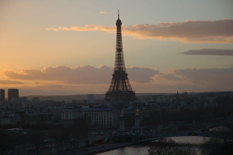 La tour Eiffel et le pont Alexandre III ˆ la tombŽe du jour.