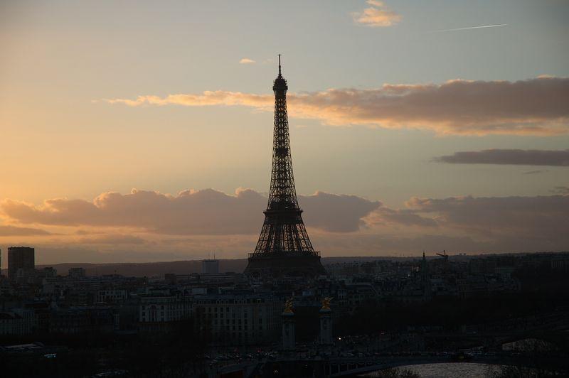 La tour Eiffel vue de la roue de la concorde ˆ la tombŽe du jour.