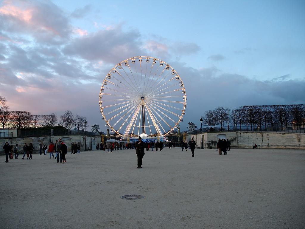 La grande roue de la concorde vue depuis le jardin des tuileries.