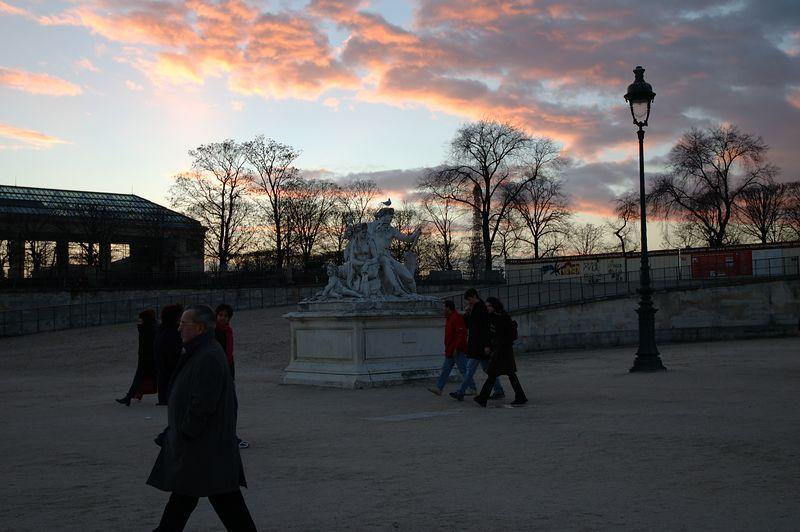 Les tuileries ˆ la tombŽe du jour. <br /> <br /> Un joli ciel rose...
