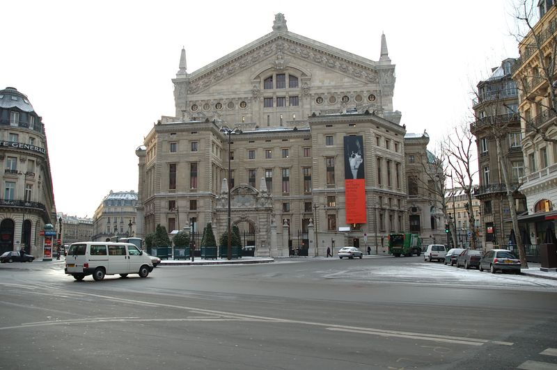 Les galleries Lafayette un matin aprs la neige. Avec un bout d'opŽra Garnier au premier plan ˆ droite