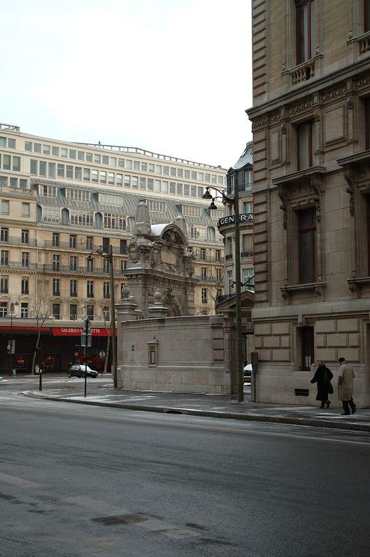 Un bout de l'opŽra Garnier avec les galleries Lafayette en arrire plan.